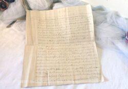 Voici un courrier manuscrit daté de 1873, écrit à main, à la plume et à l'encre sépia sur ses deux pages et adressé à Monsieur le Préfet pour un conflit de parcelles de terrain.