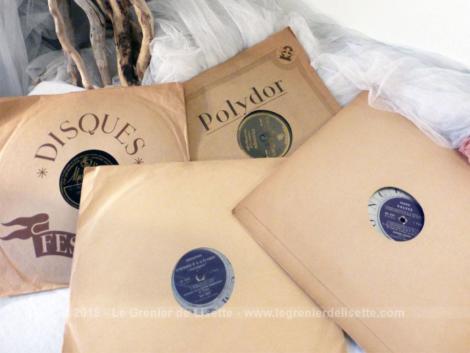 Lot 4 disques cire et vinyle comprenant deux disques en vinyle 33T de 30 cm de diamètre et deux disques 78T en cire de 25 cm de diamètre.