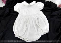 Ancienne barboteuse coton avec plis et dentelle. Elle porte l'étiquette de l'ancienne et luxueuse marque Erna. La taille est 35.