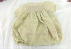 Ancienne barboteuse bébé avec smocks, réalisé en tissus pidou de couleur écru et entièrement fait main avec broderies en fils roses.