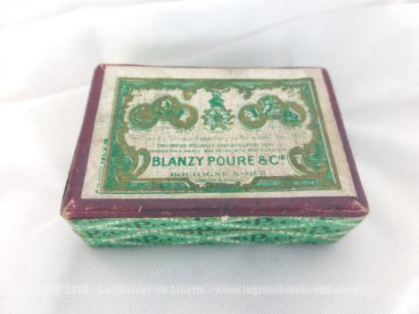 Ancienne petite boite à plumes avec plumes. La petite boite en carton est au nom de Ets Gilbert et Blanzy-Poure et contient 17 plumes mélangées.
