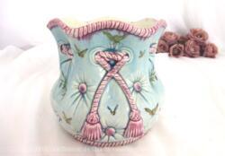 Magnifique vase ancien en barbotine Fives Lille de Bruyn, numéroté et estampillé avec une forme originale et aux couleurs shabby. Pièce unique.