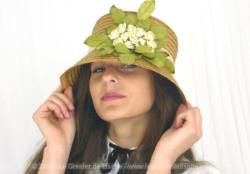 Très original chapeau en paille et ses fleurs. Sa forme haute aux larges rebords donne beaucoup d'élégance à ce chapeau. Tour de tête standard 57/58 cm.