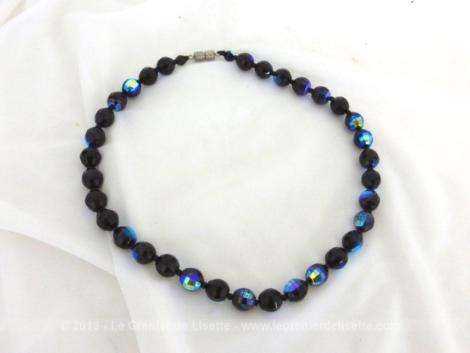 Ancien ras de cou en perles à facettes de couleur bleu nuit irisé datant des années 60 de 43 cm de long.