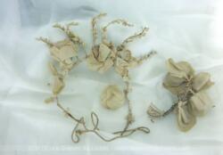 Voici une belle et ancienne couronne de mariée avec fleurs tissus et cire, façon serre-tête avec son élastique. Fin XIX° ou tout début XX°.
