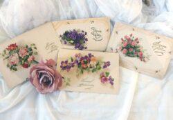 Quatre anciennes cartes postales de fleurs avec les mentions Bonnes Fêtes pour 3 et une avec Joyeux Anniversaire.