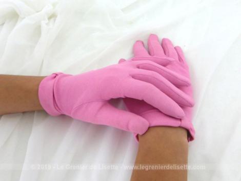 """Anciens gants rose noeud années 60 dont la couleur est d'un beau rose moins """"flashy"""" que sur les photos. Taille 6 1/2 ou 7."""