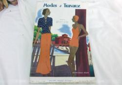 Voici la revue Modes et Travaux du 1er aout 1934 avec des superbes modèles de tailleurs et robe sans oublier le patron fourni pour des explications de travaux de broderies et couture. Des dessins sublimes !