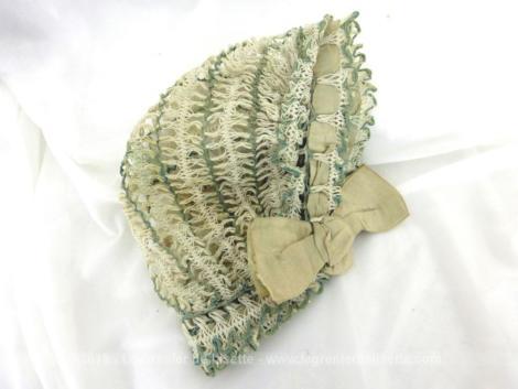 Ancien petit béguin crochet et ruban. Entièrement fait main avec un fin crochet à dentelle, ce petit béguin des années 50, tout en fil beige et vert est une pièce unique.