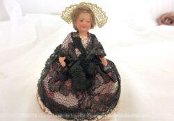 Voici une ancienne poupée folklorique miniature, datant des années 50/60 et si petite qu'elles tient dans la main, avec les bras et les jambes articulés. mais je n'arrive pas à trouver la région concernée par le costume de cette poupée.