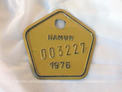 Ancienne plaque vélo belge de 1976 de la ville de Namur en tole laquée jaune en forme de pentagone aux coins arrondis de 4 cm de coté.