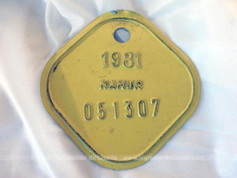 Ancienne plaque vélo belge de 1981 de la ville de Namur en tôle laquée jaune de forme carrée aux coins arrondis.