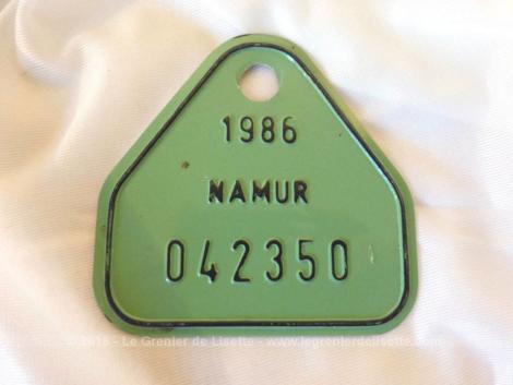 Ancienne plaque vélo belge de 1986 de la ville de Namur en tôle laquée verte et de forme triangulaire avec une base rectangulaire.