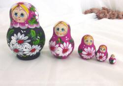 """Voici un jeu de 5 petites poupées Russes forme ventrue en bois, des """"Matriochkas"""" dont la forme originale donne fière allure à ces poupées."""