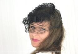 Ancien chapeau bibi tout en résille, avec un forme bibi et un petit noeud. Entièrement en résille maille filet, à gros losanges, il date des années 50/60.