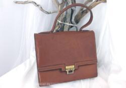 Ancien sac vintage cuir fauve avec une jolie forme de petit cartable et ses deux compartiments avec poches.