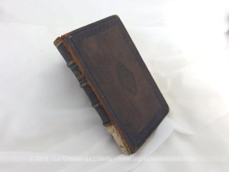 """Mini livre sur la Religion datant de 1827 avec une belle reliure tout en cuir et la tranche des feuilles couleur or porte le titre de """"La religion suivie de La Grâce, poèmes par Louis Racine""""."""
