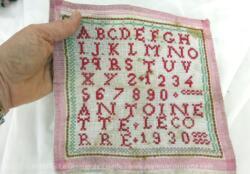 Ancien abécédaire d'écolière de 1930 de 21.5 x 20 cm, brodé au point de croix en fil rouge avec l'alphabet entier, tous les chiffres et signé de la brodeuse assidue ANTOINETTE LECORRE et l'année 1930.