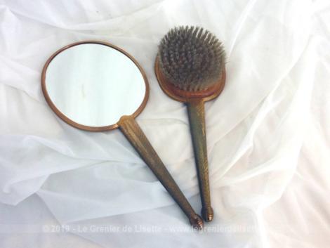 Miroir face à main et brosse assortie décor brodé, sortis tout droit des années 60. et décorés au dos de fines broderies au point de croix.