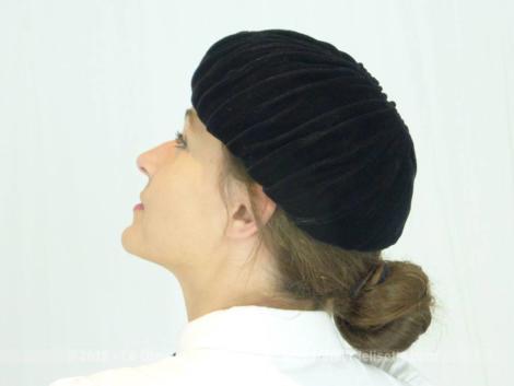 Ancien chapeau toque velours aux plis dont tout le charme et l'élégance résident dans les fronces qui le décorent.