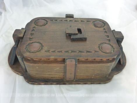 Ancienne boite en bois avec anse et socle. A vous de trouver sa nouvelle fonction.
