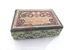 Ancienne petite boite à plumes et ses plumes. La petite boite en carton est au nom de Ets Blanzy-Poure et Cie, et contient 16 plumes mélangées.