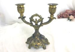 Ancien chandelier double en métal style Art Nouveau décoré de deux bougeoirs avec un aigle au centre aux ailes ouvertes devant une guirlande de fleurs.