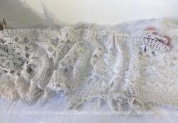 Ancien long chemin de table crochet, entièrement fait à la main, dans un beau fil de coton blanc. De forme rectangulaire aux angles arrondis, il mesure 150 x 40 cm, plus 10 cm de franges tout autour.