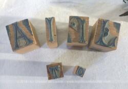 Lot de 6 anciens tampons de monogrammes en bois , 4 grands avec les lettres J, J, I et A et un petit avec un T et un tout petit avec un O.