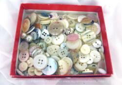 Belle petite boite en carton se trouve remplie de plus de 180 g boutons bancs de toutes tailles et formes ainsi que de boutons tout en nacre.