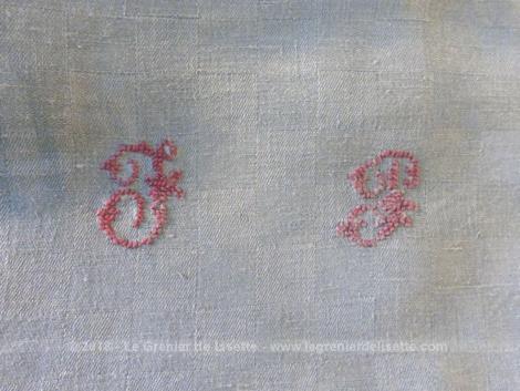 Ancienne nappe grise damassée monogrammes JP, de forme carré de 165 x 165 cm.
