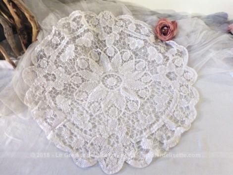 Napperon rond en dentelle Renaissance blanche de 50 cm de diamètre dont une grosse fleur centrale donne le point de départ de ce beau napperon.
