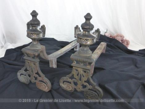 Anciens chenets en bronze aux volutes, paire prévue pour cheminée à foyer ouvert avec des façades superbement décorées.