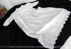 Authentique et ancienne robe longue de baptême tout en belle batiste et réalisée à la main avec de petits plis religieuse, jours et belles dentelle aux fuseaux