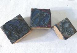 Voici un lot de 3 tampons lettres B et C et 1 frise. Ces anciens tampons en bois sont prévus pour des broderies sur draps ou mouchoirs.