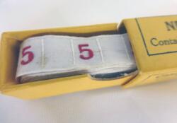 """Ancien ruban avec le chiffre 5 brodé et sa boite en carton portant les inscriptions """"New Illustrated Book"""" et """"Cash Woven initial Letters""""."""