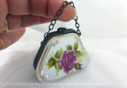 Petite boite en porcelaine en forme de sac à main, avec sa anse en chaine et signée Porcelaine d'Art.
