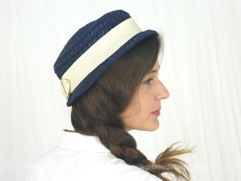Ancien chapeau en sisal marine et son ruban écru. Pour un petit tour de tête 56/58cm. Vraiment vintage et estival !