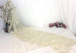 Ancien long chemin de table ajouré entièrement fait à la main au crochet, dans un beau fil de coton blanc. De forme rectangulaire, il mesure 150 x 38 cm.