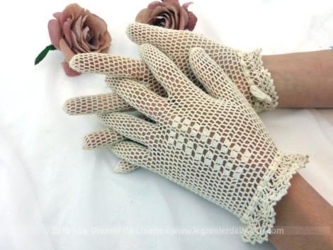 Anciens gants au crochet avec liens finissant par des noeuds en forme de fleurs. Pour petites mains, taille 6-6 1/2.