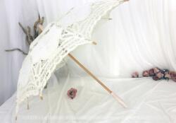 Belle ombrelle en dentelle en lacet écrue avec son manche en bois patinée ivoire shabby pour un élégant effet rétro.