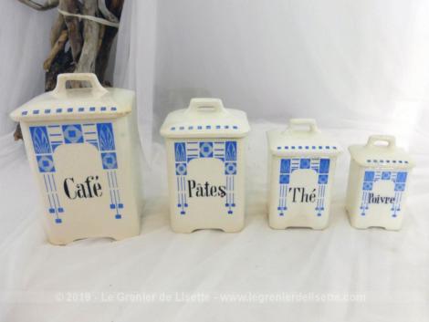 Quatre anciens pots à épices damier bleu avec couvercle. Avec des dessins dans la tendance Art Nouveau, voici un pot à café, thé, sucre et pâtes.