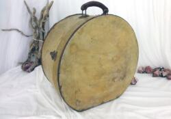 Ancienne boite à chapeaux en bois pour transport. Sa grande taille lui permet de devenir un bel objet de décoration.
