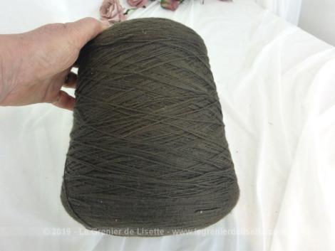 Ancien grand cône fil surjeteuse industrielle de couleur marron pour une décoration bien originale.