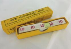 """Ancien ruban avec le chiffre 10 brodé et sa boite en carton portant les inscriptions """"New Illustrated Book"""" et """"Cash Woven initial Letters""""."""