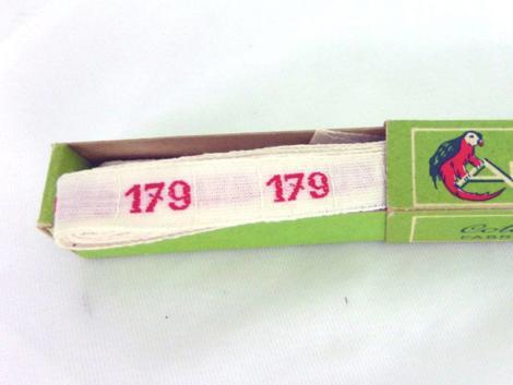 """Ancien ruban avec le chiffre 179 brodé et sa boite en carton portant les inscriptions """"ARY - Initiales et Chiffres pour Marquer le Linge"""" """"Coton Grand teint. Fabrication Française""""."""