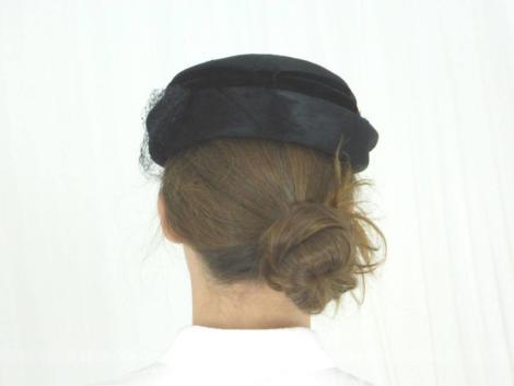 Ancien chapeau velours noir et voilette, à la belle forme ronde et son beau revers.