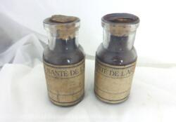 Duo d'anciens petits flacons Service de Santé de l'Armée avec étiquettes mais texte illisible.