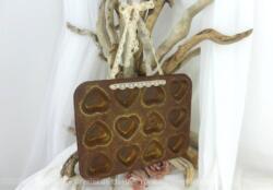 Voici un ancien moule à mignardises en forme de coeur revisité en tendance shabby avec une bande de dentelle pour le suspendre. Une déco vintage, originale et unique...