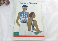 Voici la revue Modes et Travaux du 15 juin 1934 avec des superbes modèles de robes légères et sorties de bains sans oublier le patron fourni pour des explications de travaux de broderies et couture. Des dessins sublimes !
